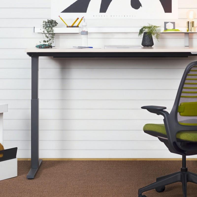 Höhenverstellbarer Schreibtisch hilft beim Haltunsgwechsel